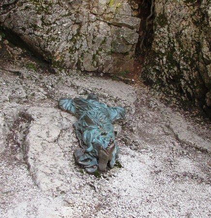 Eremo delle Carceri: A statue of where St. Francis might have commune with the creator.