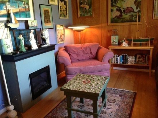 Historic Anchor Inn: living room