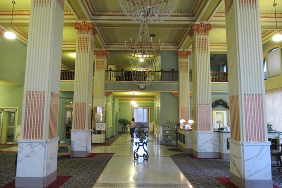 Finlen Hotel and Inn: Grand foyer