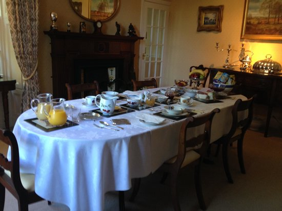 Edenvale House: Breakfast table