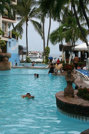 Playa Los Arcos Hotel Beach Resort & Spa: Three pools leading to the beach front