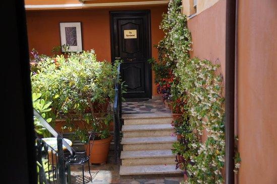 Hotel Modigliani : Courtyard entry