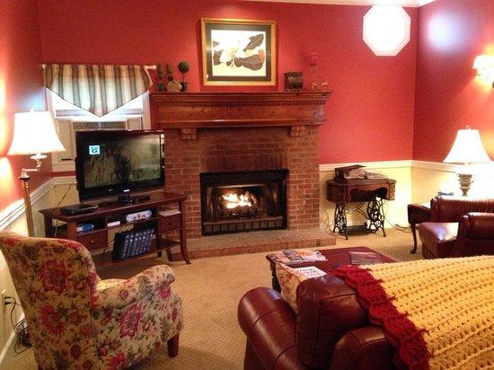The Inn at Elk River : Cozy living room at the Inn