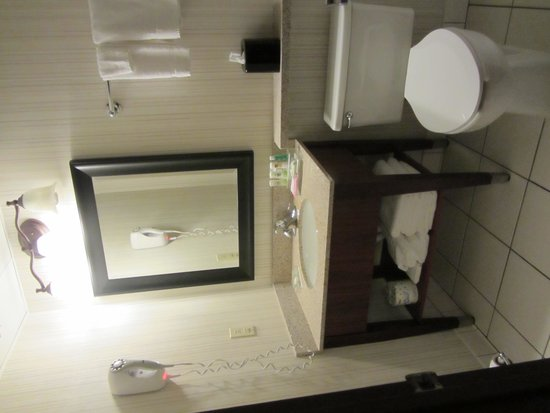 Country Inn & Suites By Carlson, Traverse City : The bathroom