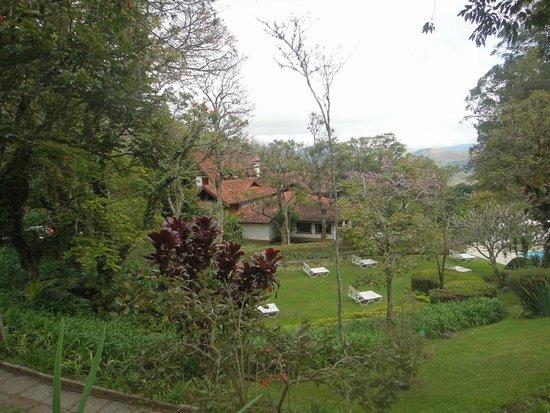Hotel e Fazenda Rosa dos Ventos: Jardim da área da piscina do prédio principal.