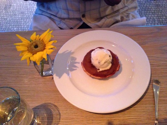 Avenue Le Club: Apple tart with rum ice cream