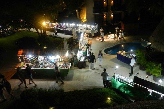 Catalonia Riviera Maya: Vendors at night