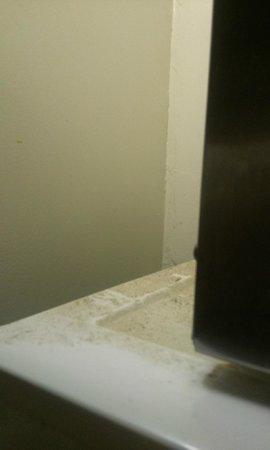 Grand Rapids Inn: Grunge/filth behind microwave on top of fridge