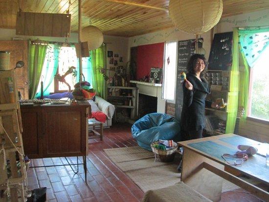 Hostal La Conexion del Poeta Eco, Art & Therapy : Al calor de la chimenea