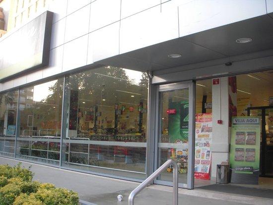 Crowne Plaza Porto: ホテル前のスーパーです。
