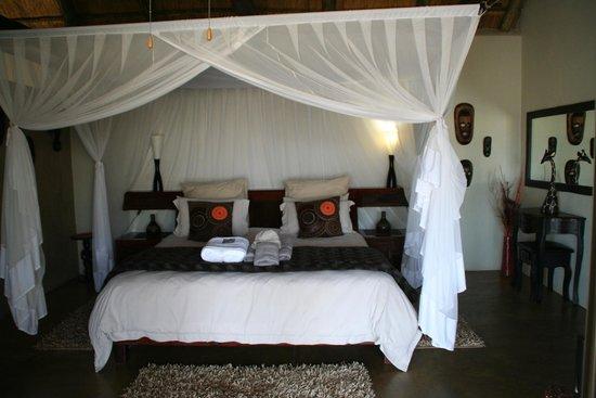 Naledi Bushcamp and Enkoveni Camp: King bed in Paperbark