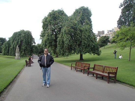 Princes Street Gardens : Walking down the Gardens.