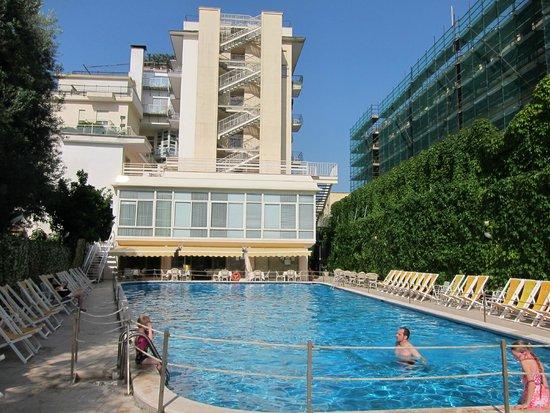 Hotel Continental: Piscina ampla com ótimos serviços