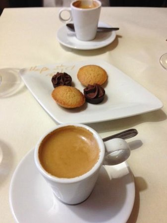 Le Pommier Restaurant: Confections and cafe
