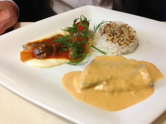 Le Pommier Restaurant: Whitefish with seafood cream