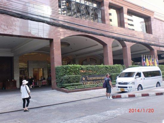 Rembrandt Hotel Bangkok: ホテルの外