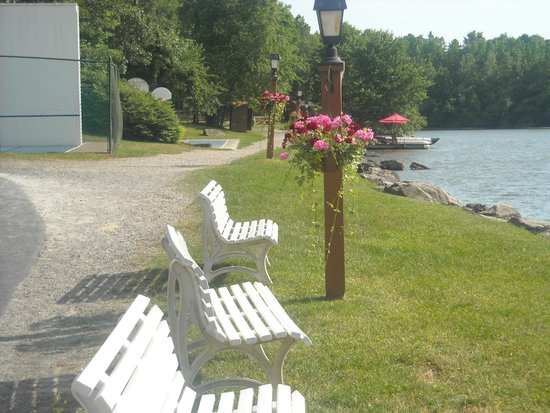 Rocking Horse Ranch Resort: Seating near lake and trampolines