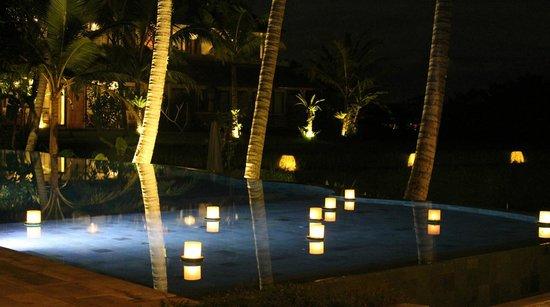 Mathis Retreat: beautiful pool lighting in the evening