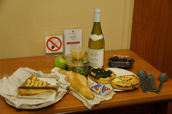 Montpensier : Picnic in our room from local boulangerie and wine shops