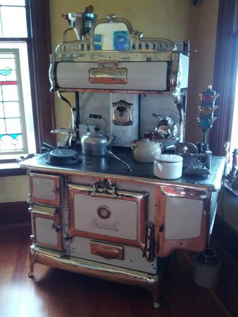 Artist's House B&B : Old stove in family room