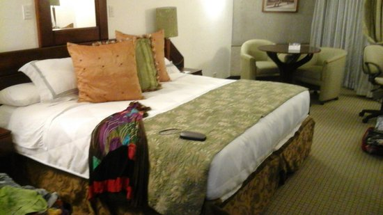 Radisson Hotel San Jose Costa Rica: Huge king sleep comfort bed.