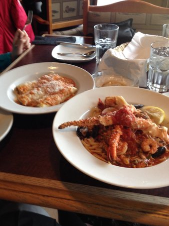 Cassios Italian Restaurant : Linguine pestolore and cannelloni