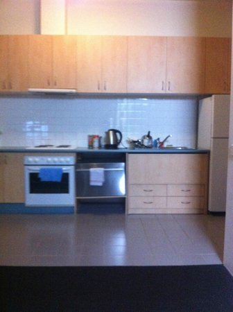 APX Apartments Parramatta: Very low dusty kitchen 2