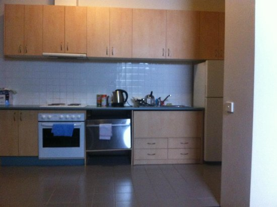 APX Apartments Parramatta: Very low dusty kitchen 3
