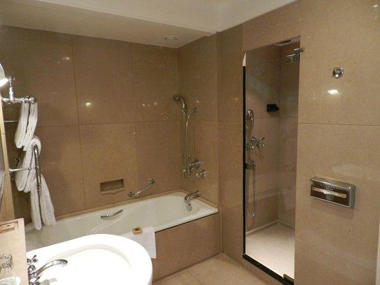 Four Seasons Hotel Ritz Lisboa: bathroom