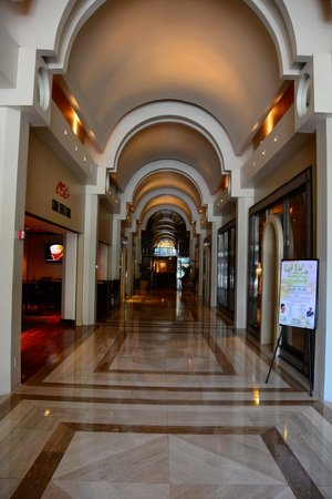 JW Marriott New Orleans: Entrance from Canal 3