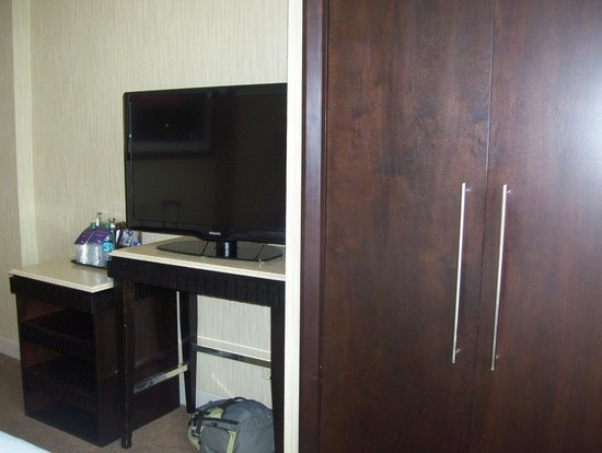 Sheraton Brooklyn New York Hotel: TV and commode