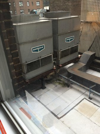 The Lexington Hotel, Autograph Collection : Ventana del piso 4, teníamos unas maquinas que hacían mucho ruido y no nos dejaban dormir, fue h