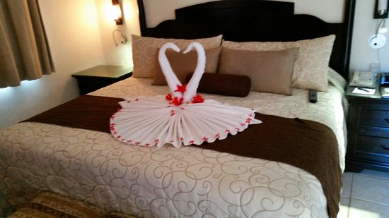 Allegro Playacar : Swans left on bed by house keeping