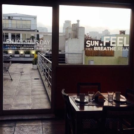 Five Cool Rooms: vista do restaurante para o terraço