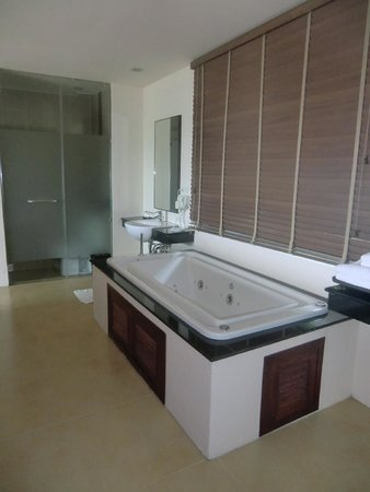 Anyavee Tubkaek Beach Resort : Jacuzzi in room