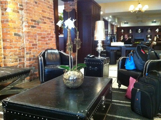 Hotel Nelligan: Seating Area by Entrance & Reception
