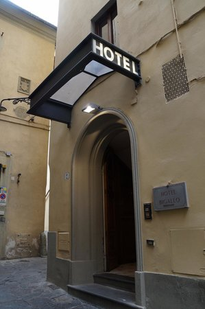 Hotel Bigallo : Entrance (tucked around laneway corner)