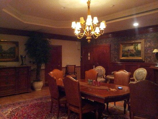 Best Western Fireside Inn: Hard Carved oak table