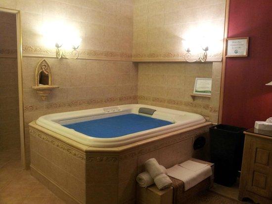 Best Western Fireside Inn: Whirlpool Tub in Bedroom