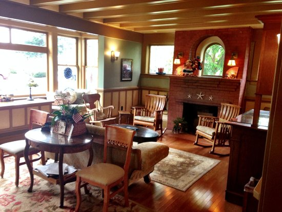 1906 Lodge : front communal sitting room looking out