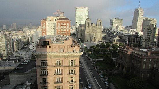 InterContinental Mark Hopkins San Francisco: View of California St. from my room on the 11th Floor. To the right lies the San Francisco Bay