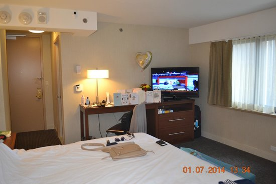 The Manhattan at Times Square Hotel: Our room with large flat screen TV