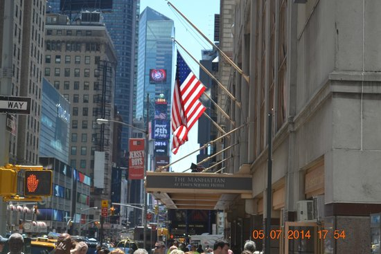 The Manhattan at Times Square Hotel: The main entrance with Times Square just beyond it