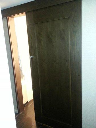 Grand Hyatt Denver Downtown : Sliding bathroom door.