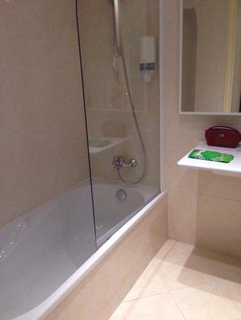 Massenet Hotel: good shower