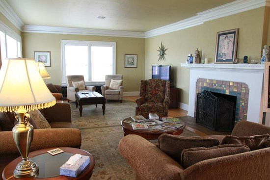 Nantucket Inn: Living room