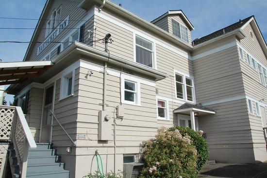 Nantucket Inn: Side of house where we enter