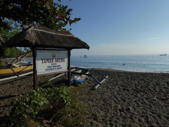 Taman Selini Beach Bungalows: Strand ligt vast aan de tuin van het parkje