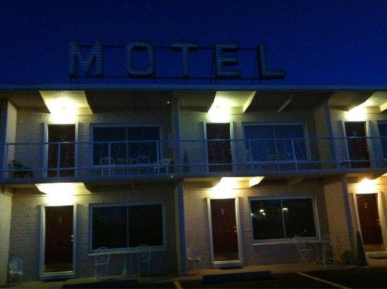 Purple Sage Motel : By night