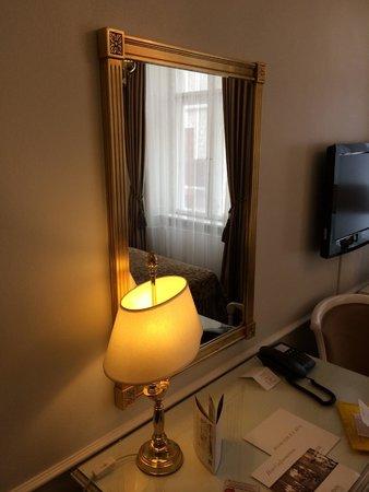 Phoenix Copenhagen: Зеркало и лампа